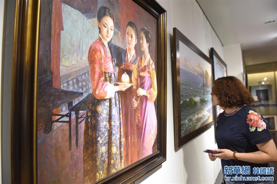 (晚报)(1)朝鲜现当代美术展亮相成都