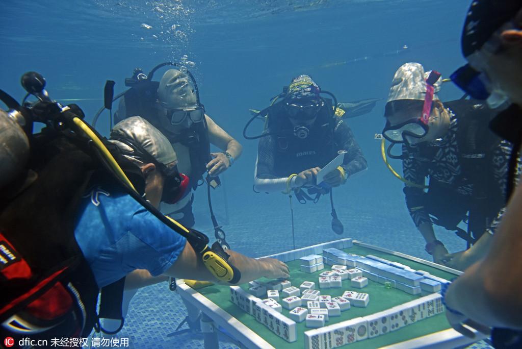重慶人玩麻將功力又上一層 邊潛水邊比賽難度有點高