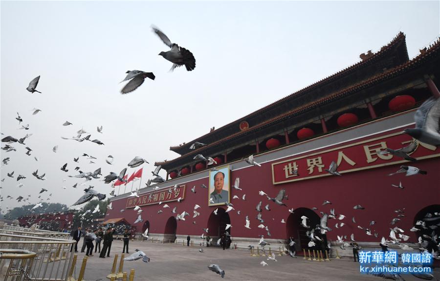 (新华视点·图片版)(3)天安门广场举行国庆升旗仪式