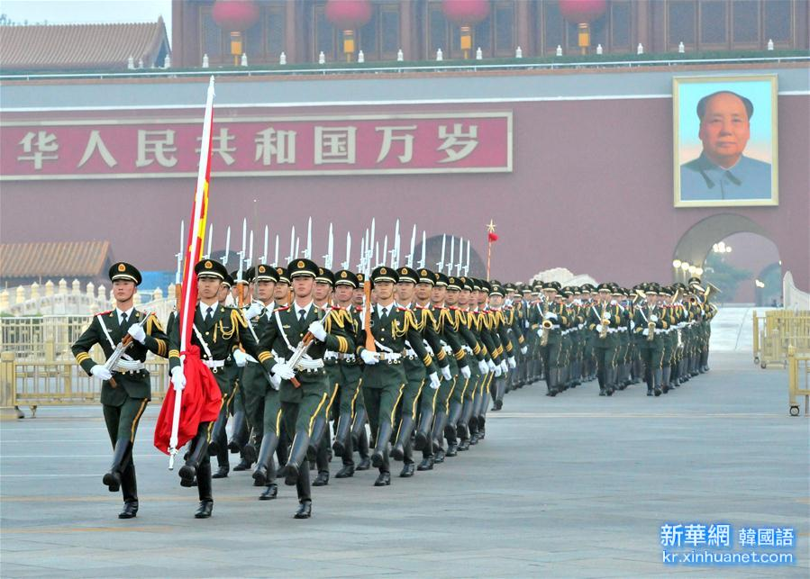 (社会)(4)天安门广场举行国庆升旗仪式