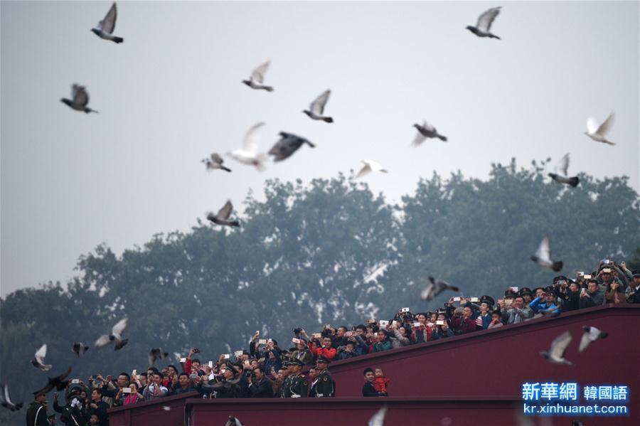 (社会)(5)天安门广场举行国庆升旗仪式