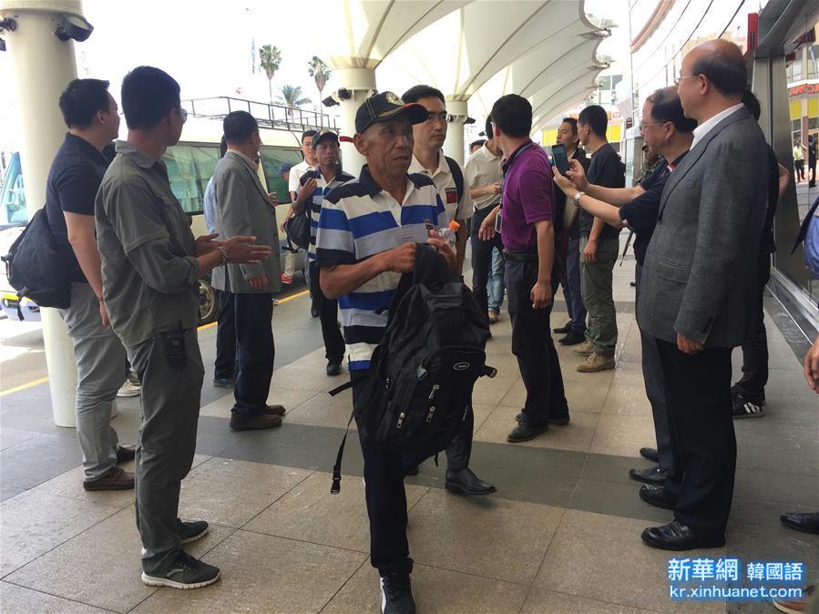 (國際)(1)遭索馬裏海盜劫持的部分獲救中國船員啟程回國