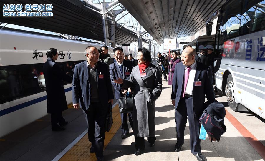 (兩會)(1)來自河南的全國政協委員抵京