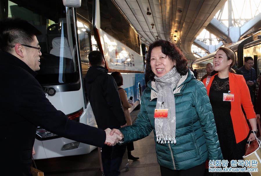 (兩會)(1)黑龍江代表團抵達北京