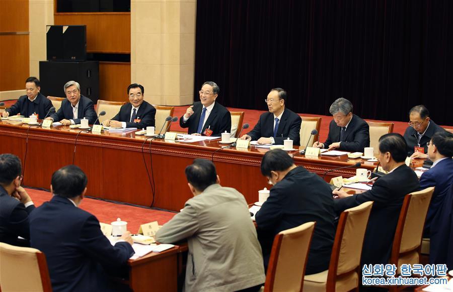 (兩會)俞正聲看望社會科學、新聞出版界委員並參加討論