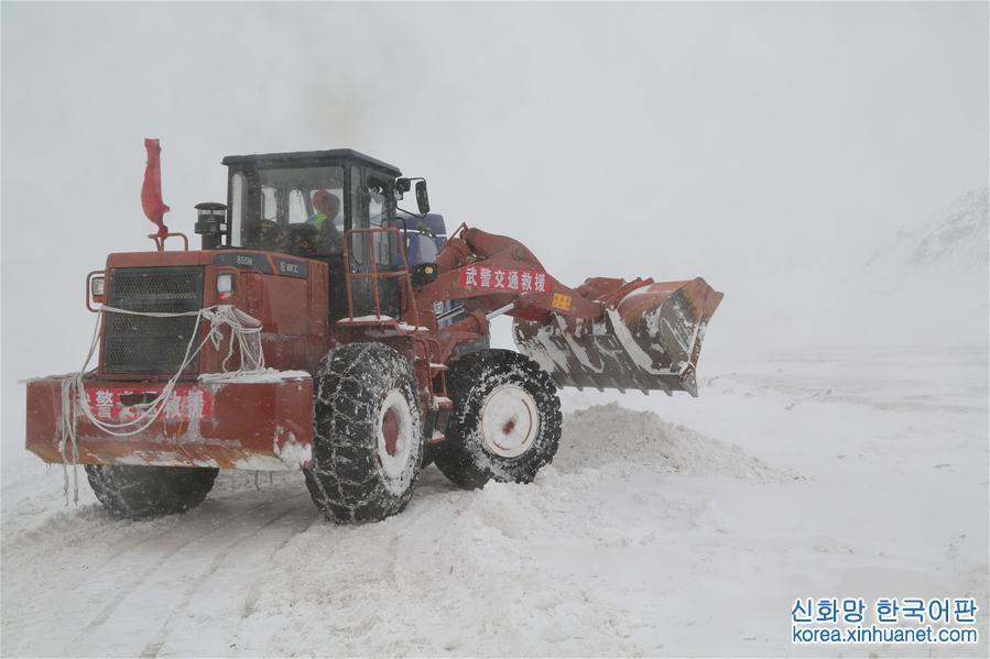 (社會)(1)西藏武警交通部隊暴風雪中搶通道路