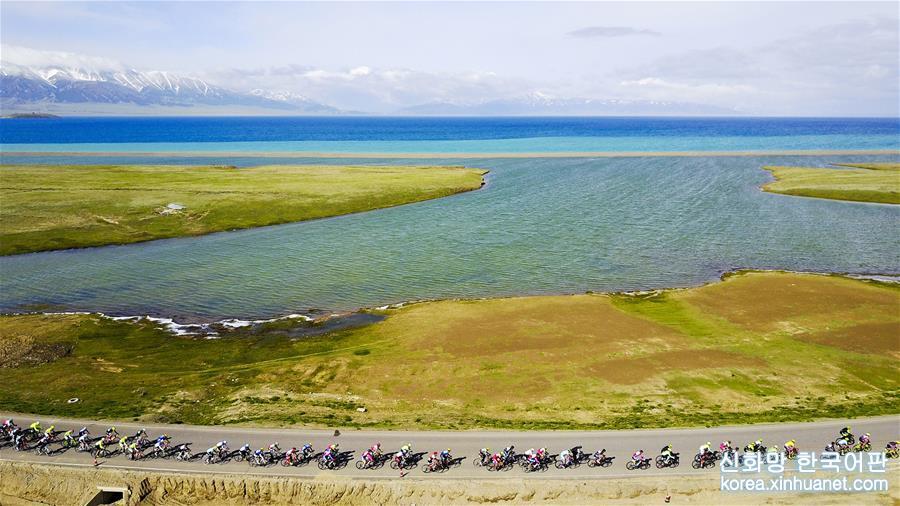 2017년 5월 31일, 제11회 싸이리무호(Sayram Lake) 주변 도로 자전거 대회에 참가한 선수들이 신장 싸이리무호 주변의 경주로를 달리고 있다. [촬영/신화사 기자 후후후(胡虎虎)]<br/>
