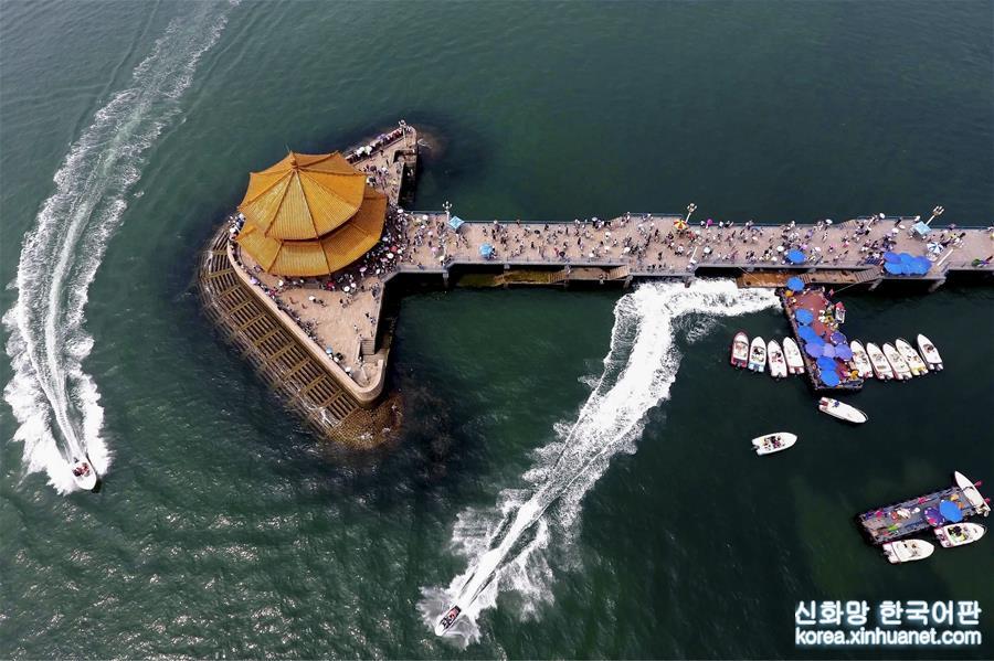 2017년 8월 10일, 칭다오 잔교(棧橋) 옆을 유람선이 지나가고 있다. [촬영/신화사 기자 궈쉬레이(郭绪雷)]
