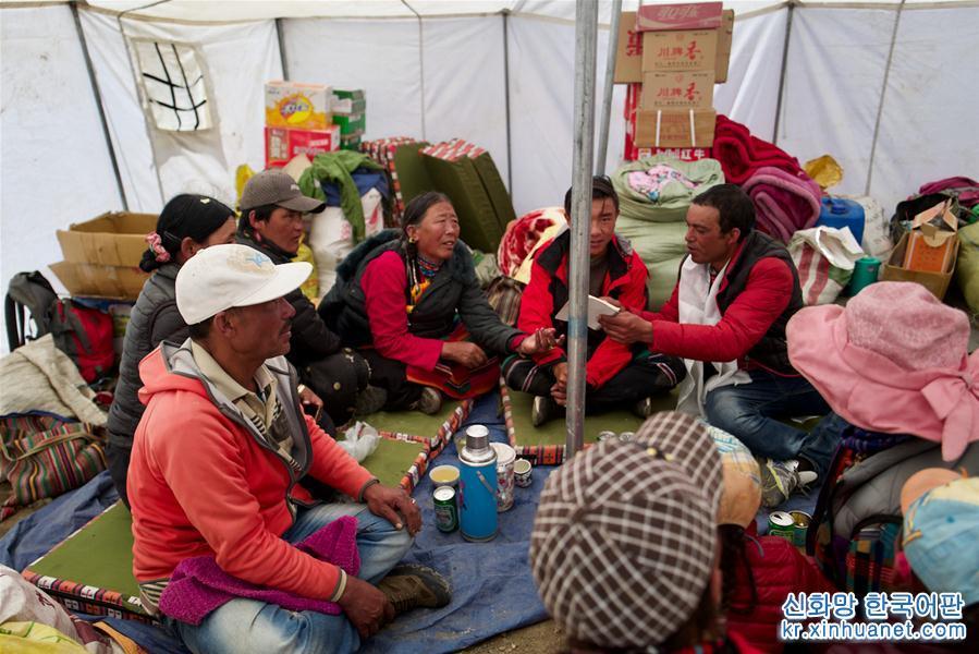 중국과 네팔 주민들이 리쯔 천막 국경무역 시장에서 물건을 사고 팔고 있다.(9월8일 촬영) 해발 약5000m에 위치한 시짱자치구 르카쩌(日喀則)시 중바현 야러향은 사방에 초원이 펼쳐진 가운데 고개를 들면 설산이 위용을 자랑하고 있다. 중국과 네팔 국경에서 불과 4,5km 떨어진 초원에 있는 야러향 리쯔 천막 국경무역 시장에서 교역이 활발히 이루어지고 있다. 현재 중바현에는 리쯔 국경무역 시장을 비롯해 민간 국경무역 교역장이 5곳 있다. 작년 이곳은 66일간 개방했고, 상품 교역액은 2억 위안이 넘었다. [촬영/신화사 기자 푸부자시(普布扎西)]<br/>