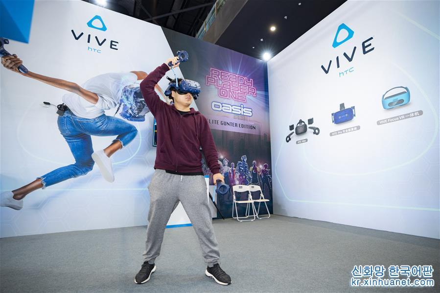 11월 7일, 관람객이 제5회 세계인터넷대회에서 가상현실(VR) 기술을 체험하고 있다. 당일, 제5회 세계인터넷대회가 저장(浙江) 우전(烏鎮)에서 개막했다. [촬영/ 신화사 기자 차이양(才揚)]<br/>