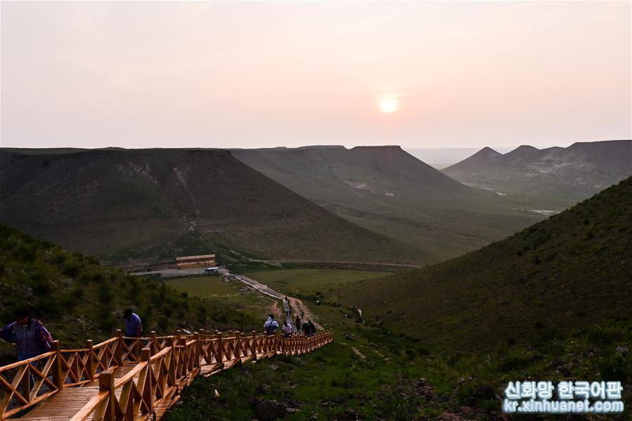 (新華視界)(1)草原上的平頂山