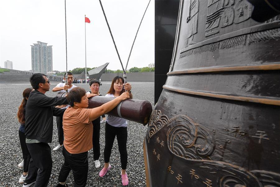 (社会)(1)侵华日军南京大屠杀遇难同胞纪念馆举行仪式纪念中国人民抗日战争胜利74周年
