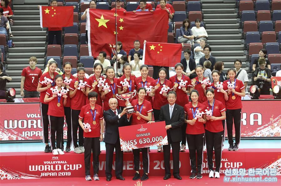 (體育)(1)排球——女排世界杯:中國隊捧杯