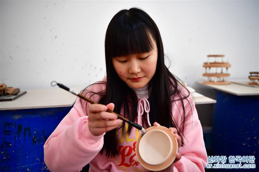 (文化)(1)河南汝州:汝瓷車間生産忙