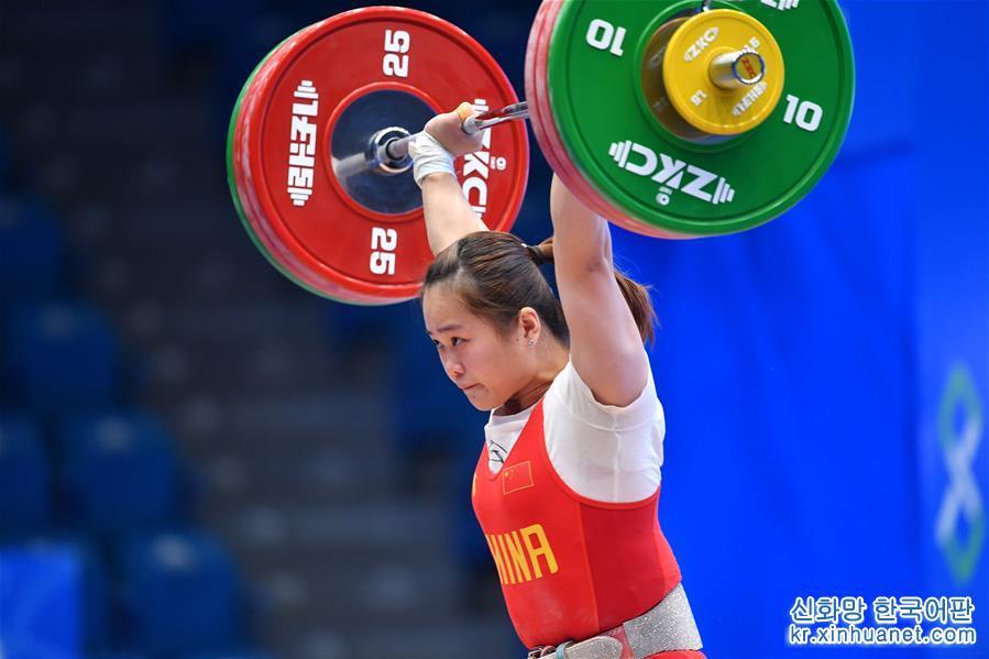 (體育)(1)舉重——世界杯:鄧薇獲女子64公斤級抓舉和總成績冠軍並創造抓舉新世界紀錄