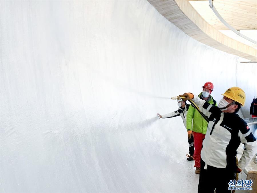 (體育)(1)我國首條雪車雪橇賽道開始制冰