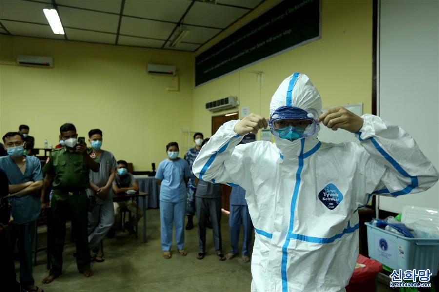 (國際疫情·圖文互動)(1)中國軍隊抗疫醫療專家組為緬軍進行新冠肺炎專題培訓