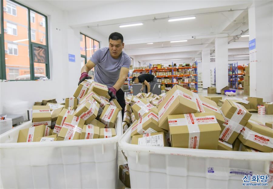 """(社會)(1)山東臨沂:直播帶貨""""帶火""""商城經濟"""