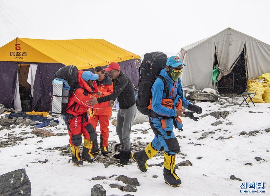 (2020珠峰高程測量)(1)修路運輸隊員突破北坳天險 預計12日修通頂峰路線