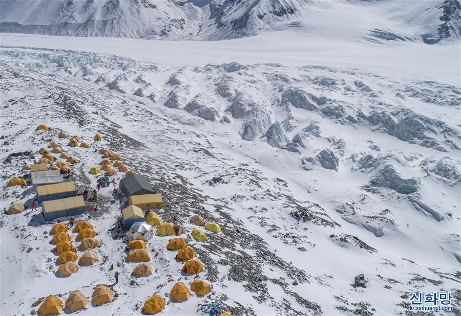 """(2020珠峰高程測量·新華視界)(1)海拔6500米!探訪珠峰""""魔鬼營地"""""""