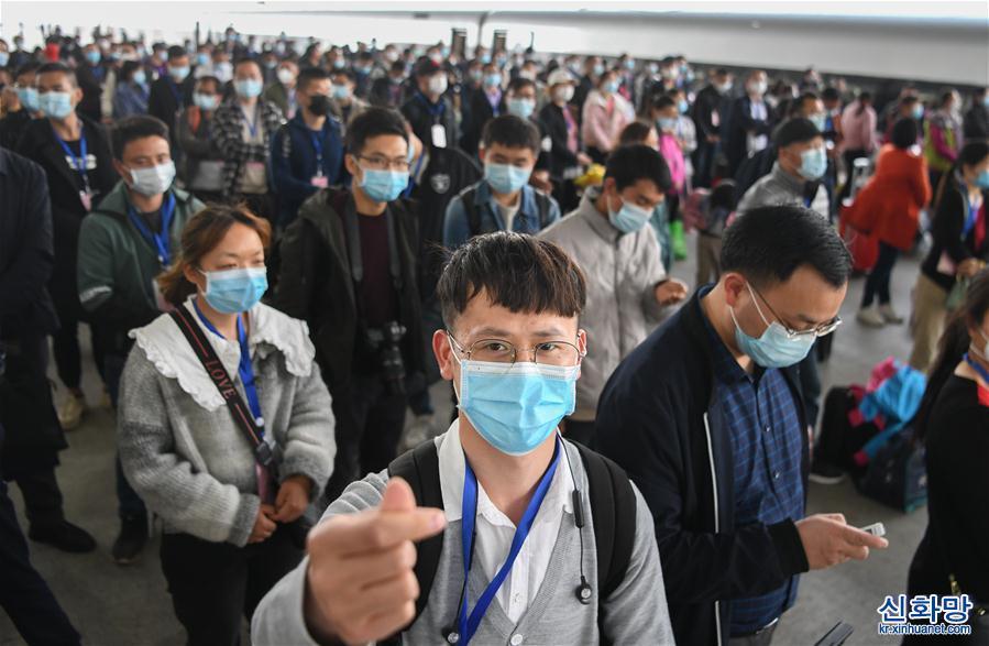 (新華全媒頭條·圖文互動)(17)風雨無阻向前進——寫在全國疫情防控阻擊戰取得重大戰略成果之際
