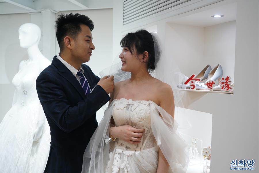 """(社會)(2)江蘇南京:""""白衣戰士""""結良緣 集體婚禮共甜蜜"""