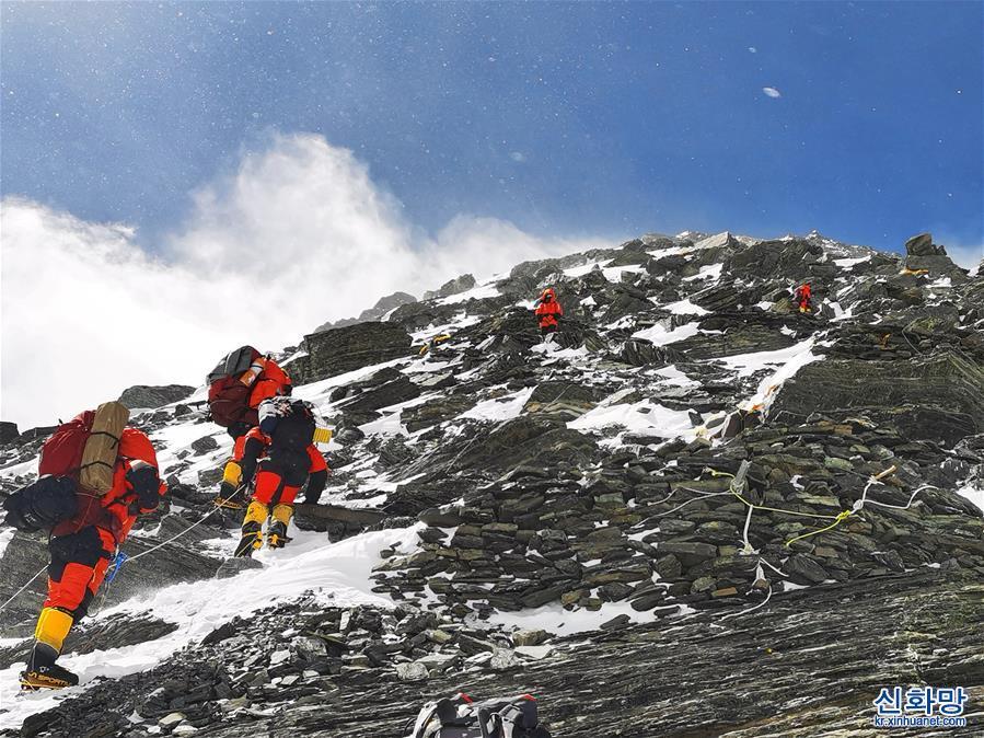 (2020珠峰高程測量)(1)2020珠峰高程測量登山隊向海拔8300米進發
