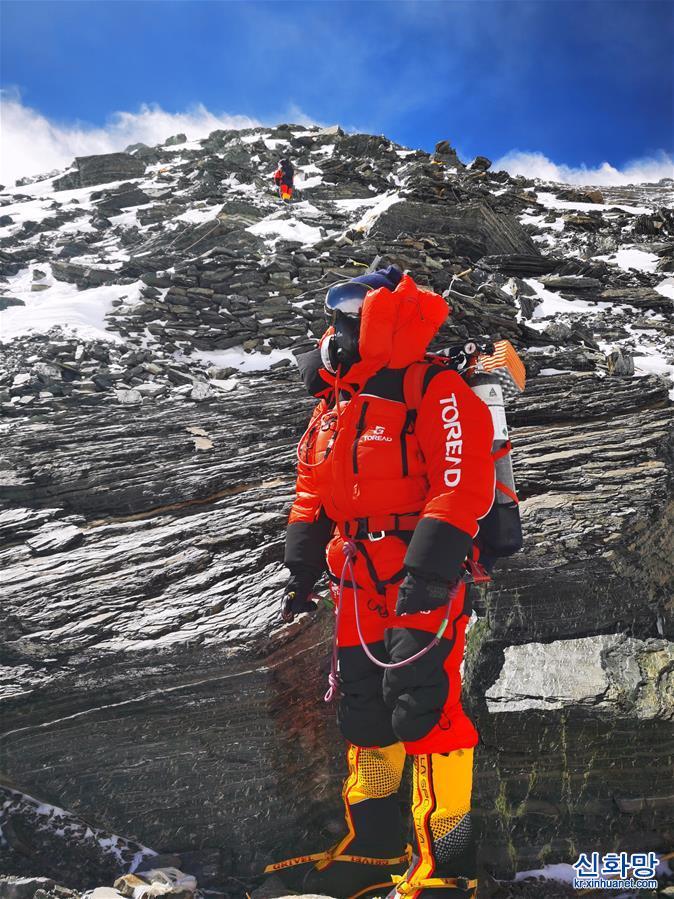 (2020珠峰高程測量)(2)2020珠峰高程測量登山隊向海拔8300米進發
