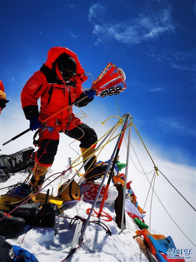 (2020珠峰高程測量)(4)獨家照片:珠峰高程測量登山隊隊員在峰頂開展測量工作
