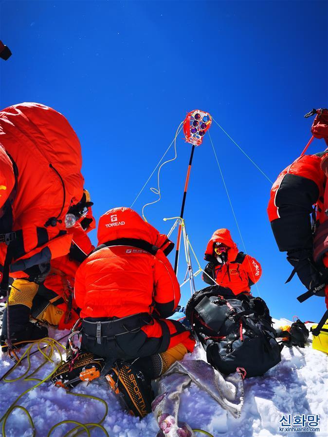 (2020珠峰高程測量)(6)獨家照片:珠峰高程測量登山隊隊員在峰頂開展測量工作