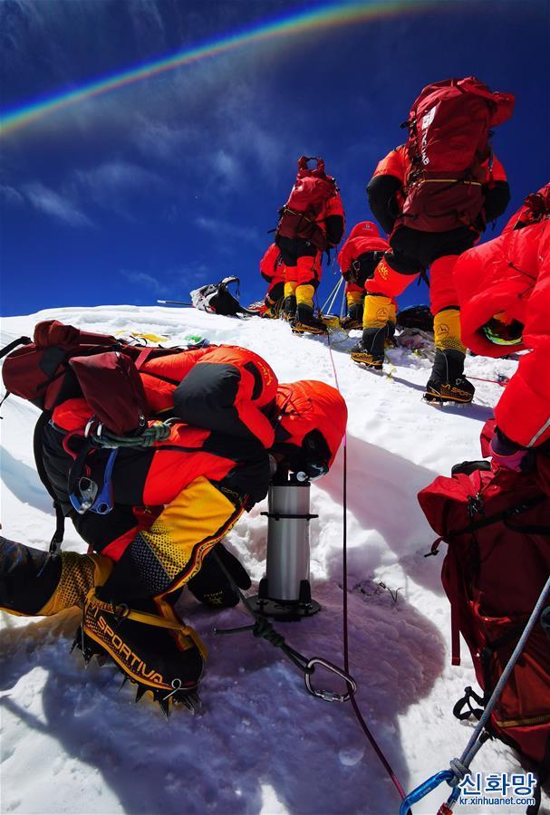 (2020珠峰高程測量)(8)獨家照片:珠峰高程測量登山隊隊員在峰頂開展測量工作