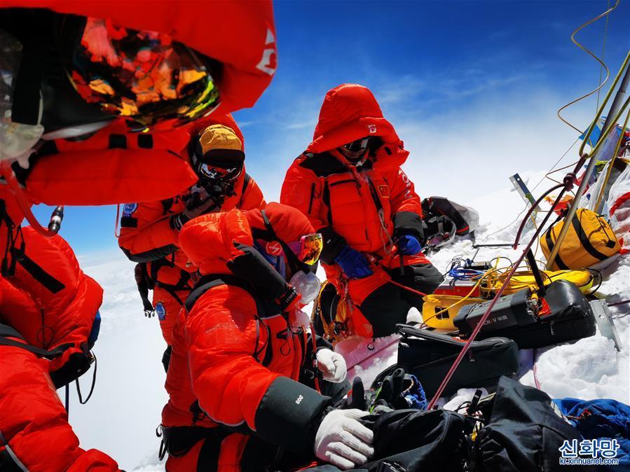 (2020珠峰高程測量)(3)獨家照片:珠峰高程測量登山隊隊員在峰頂開展測量工作
