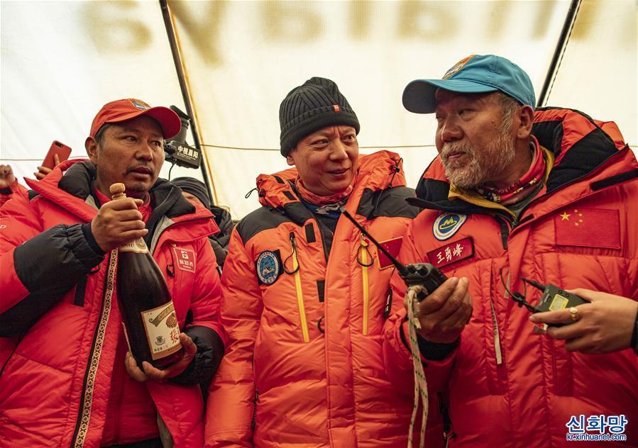 (2020珠峰高程測量)(1)慶祝登頂