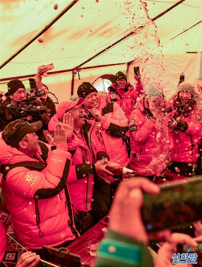 (2020珠峰高程測量)(8)慶祝登頂