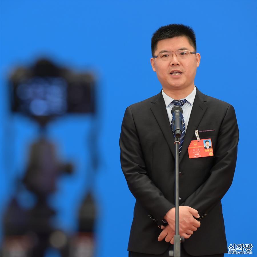 (兩會·漫話圖説)(1)全國人大代表李君:希望讓世界看到岫雲村的幸福