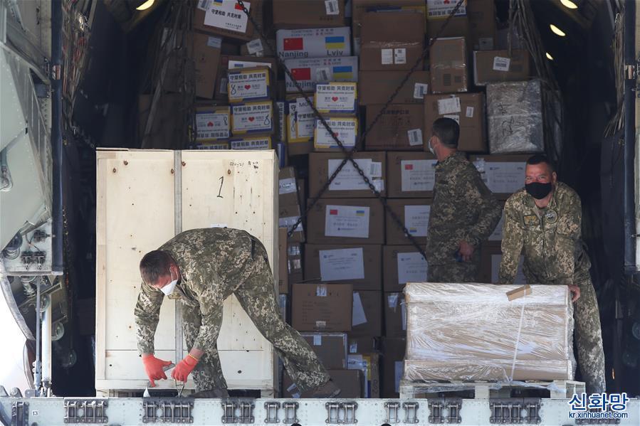 (國際)(3)中國各界援助烏克蘭抗疫物資運抵基輔