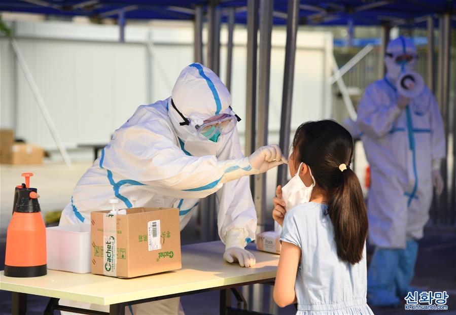 (新華全媒頭條·圖文互動)(1)構築守護城市、守護生命的堅強防線——北京開展大規模核酸檢測