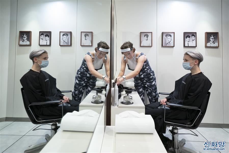 (國際疫情)(1)英國:理發店為復工做準備