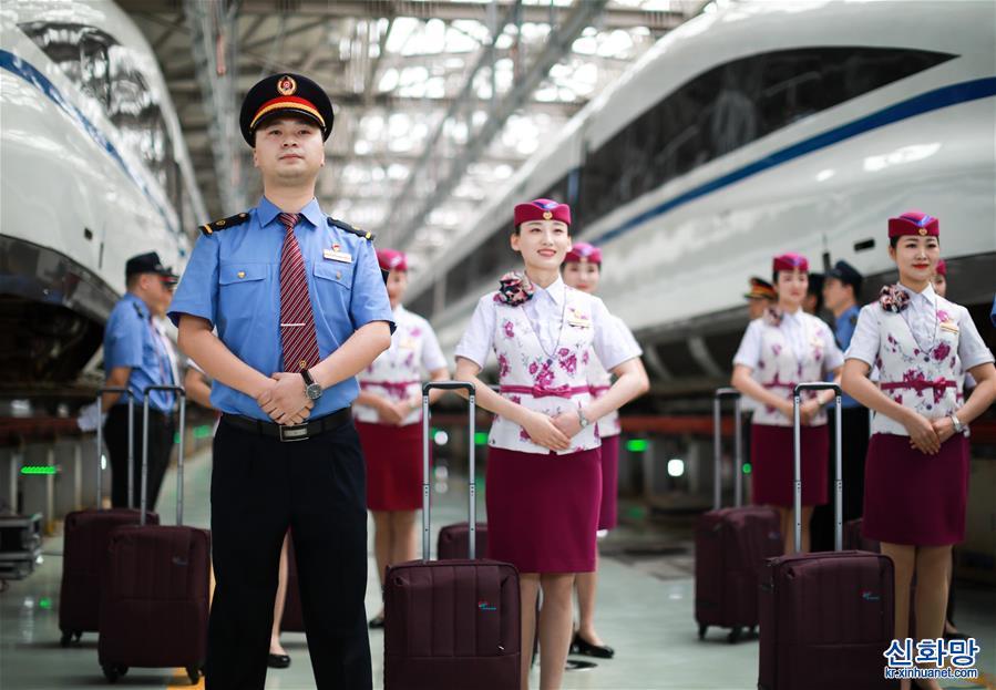 (社會)(2)貴州安六鐵路首發班組亮相