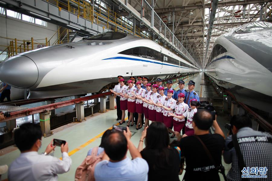 (社會)(3)貴州安六鐵路首發班組亮相