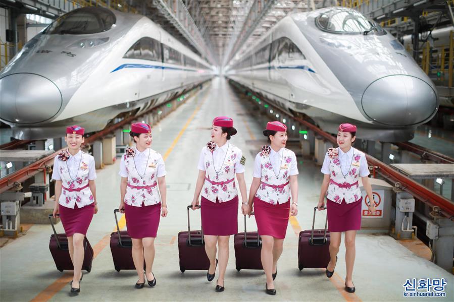 (社會)(4)貴州安六鐵路首發班組亮相