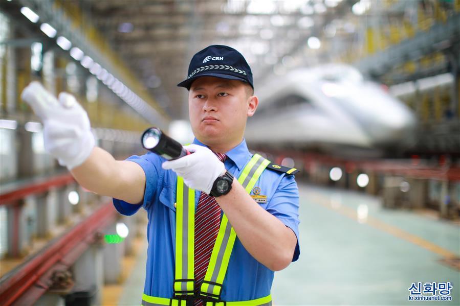 (社會)(6)貴州安六鐵路首發班組亮相