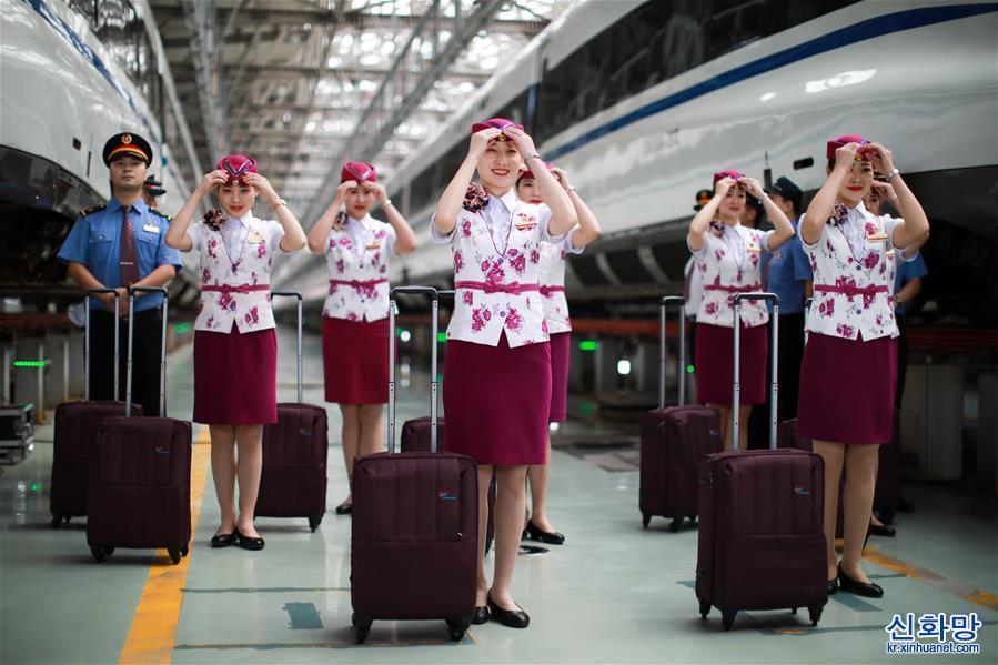 (新華視界)(2)貴州安六鐵路首發班組亮相