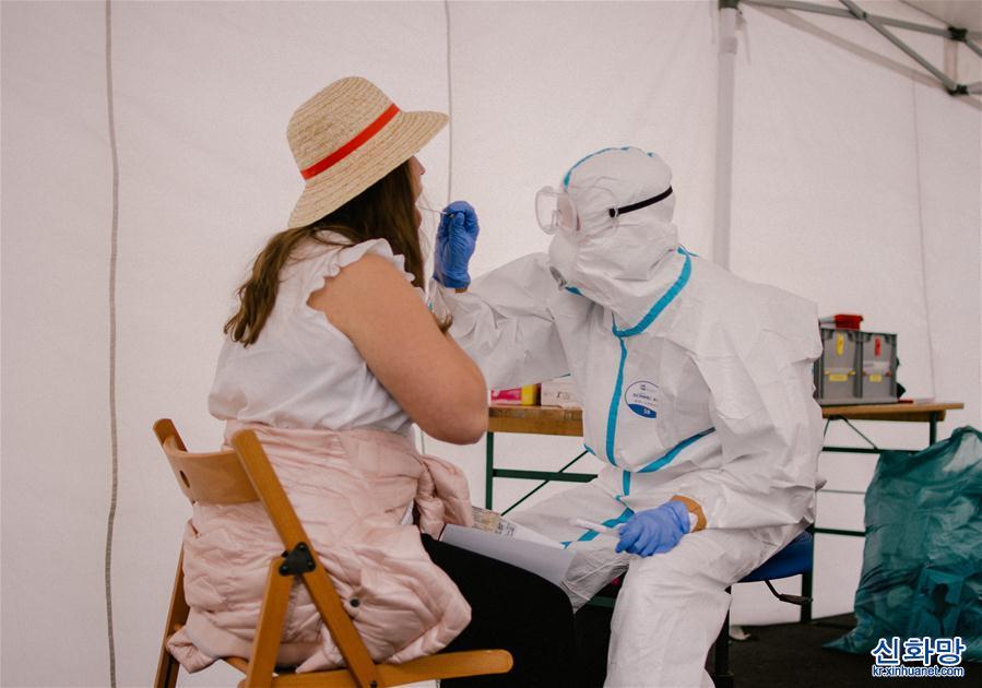 (國際疫情)(6)德國科隆:旅客在機場接受新冠檢測