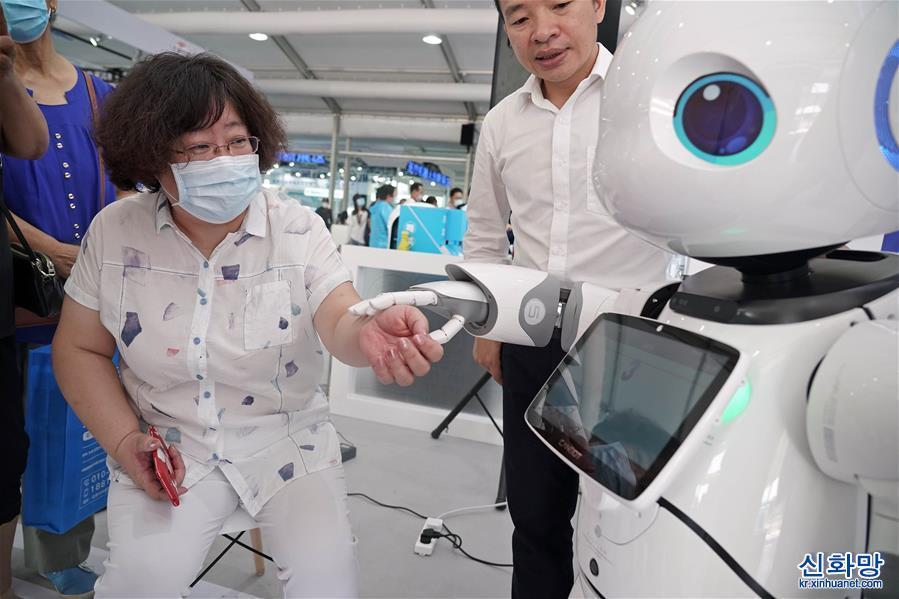 """(2020服貿會)(2)機器人中醫""""坐診""""服貿會"""