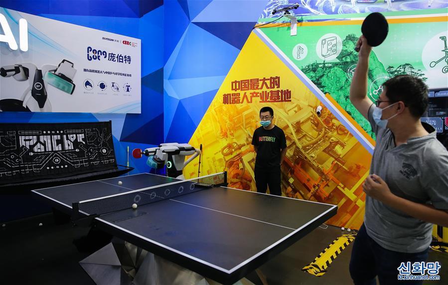 """(體育·2020服貿會)(1)會""""打""""乒乓球的機器人"""