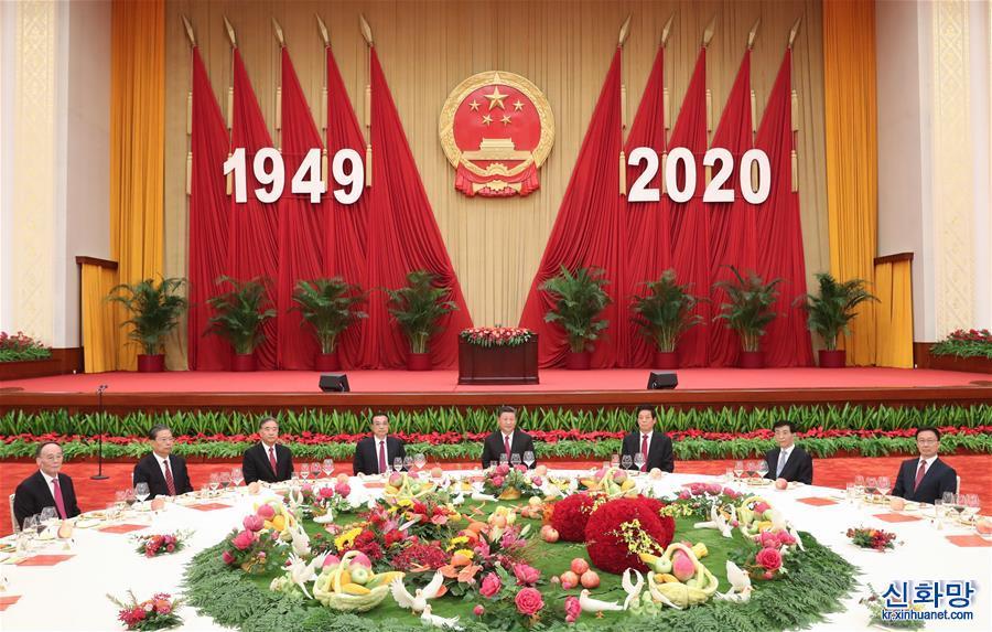 (時政)習近平等黨和國家領導人出席國慶招待會