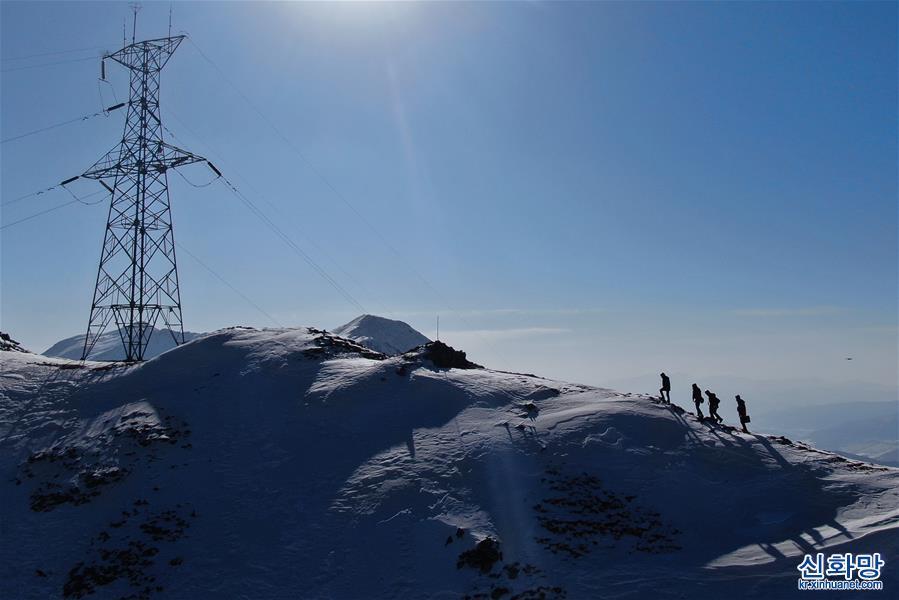 (社會)(1)海拔4000米的冰雪電力巡檢路
