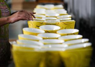 (분발, 분투의 5년) 가오춘 도자기: '녹색 가마' 탐색으로 '특색 마을' 건설