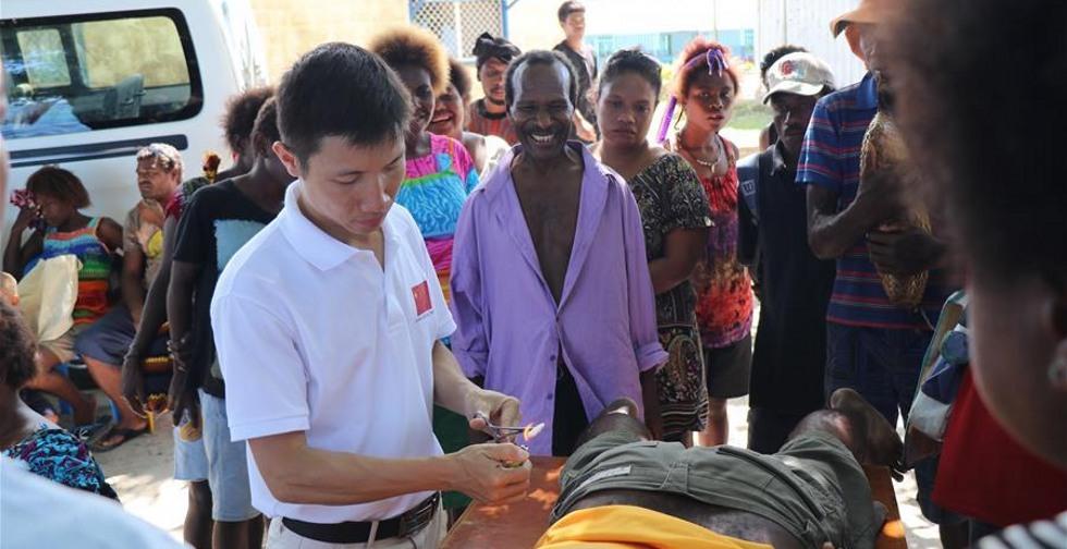 ('일대일로' 정상포럼) 나무 그늘 아래의 진료실--파푸아뉴기니 지원 중국 의료팀